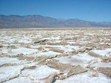 Бэдуотер (Badwater, 'плохая вода') - самая глубокая наземная впадина на территории Северной Америки и вторая по глубине в западном полушарии (86 м ниже уровня моря). Национальный Парк Долина Смерти, штат Калифорния, США