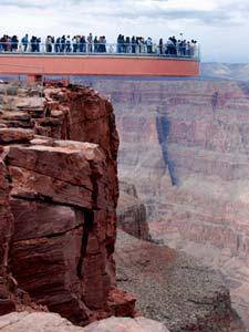 Новый стеклянный мост в Гранд-Каньоне. Со смотровых площадок открываются живописные виды Каньона (джип-тур в Гранд-Каньон из Лас-Вегаса от туроператора 'Cosmopolitan Travel')