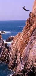 """Акапулько - самый известный тихоокеанский курорт Мексики. Символ Акапулько - скала Ла-Кебрада (экскурсионный тур по Мексике """"СЕРЕБРЯНЫЙ ПУТЬ"""")"""