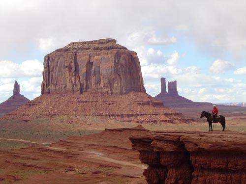 Заповедник Долина Монументов, США (Мonument Valley Navajo Tribal Park) - пустынная долина на границе штатов Юта и Аризона с монолитными глыбами и плоскими горами, известная всему миру по фильмам-вестернам с участием легендарного Джона Уэйна и других голливудских ковбоев. Туры из Лас-Вегаса в Гранд-Каньон от туроператора по США 'Cosmopolitan Travel'.